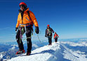 Vista di sci alpinisti a spasso per il Monte Bianco
